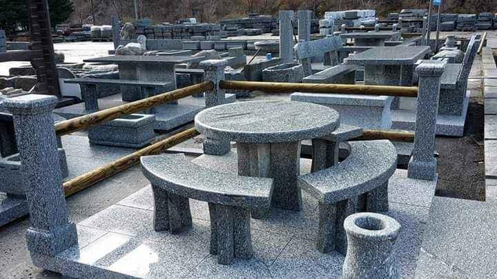 Tische und Bänke aus natürlichem Serizzo-Stein